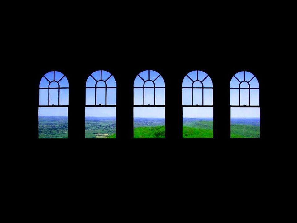 O grande arquiteto inglês John Dennison dizia que é necessário construir uma casa em torno de suas janelas, jamais o inverso. Para ele, as janelas con