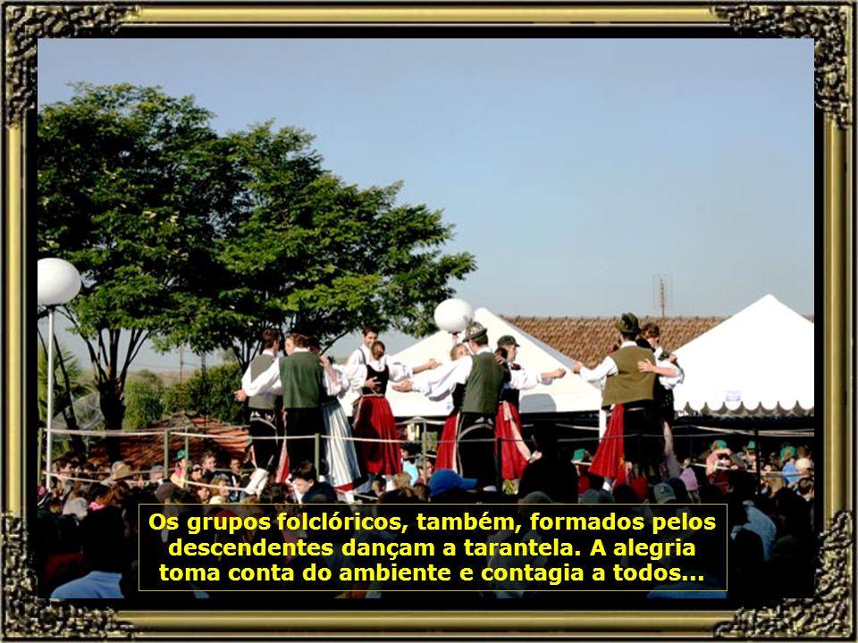 Um belo coral formado por descendentes dos imigrantes interpreta músicas do folclore trentino-tirolês...