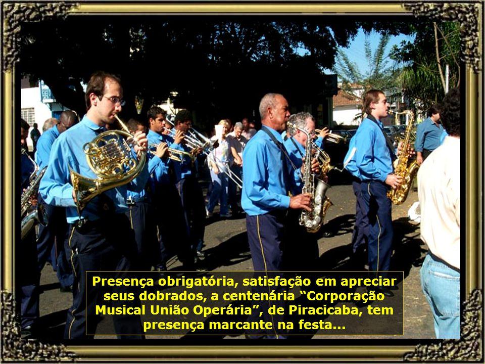 A Festa do Divino tem raízes portuguesas (Açores) e são realizadas aqui desde 1826. O ponto alto das comemorações é o encontro das bandeiras. Um momen
