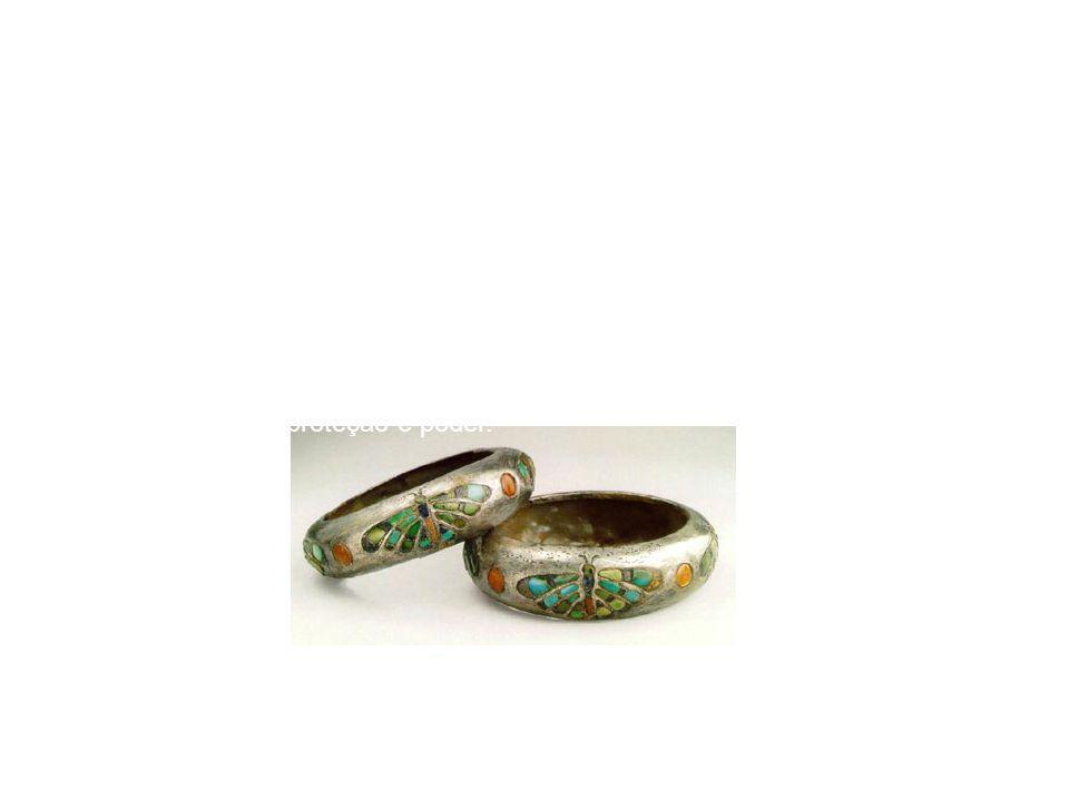 As jóias eram feitas em ouro e pedras semi-preciosas, incorporando formas e desenhos, de animais e de vegetais.