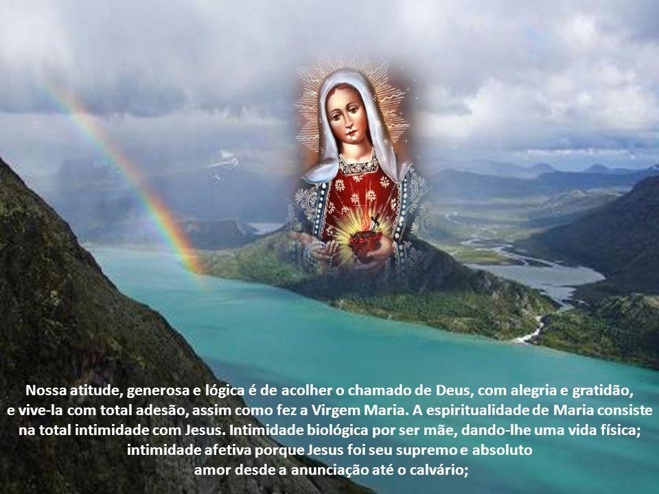 Características da espiritualidade de Maria A característica da espiritualidade de Maria é a sua absoluta e total adesão a Palavra de Deus. Ao anjo Ga