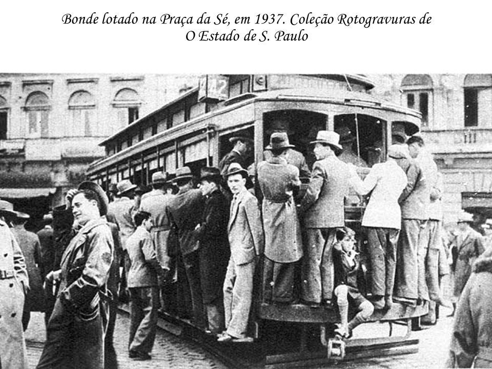 Bonde lotado na Praça da Sé, em 1937. Coleção Rotogravuras de O Estado de S. Paulo