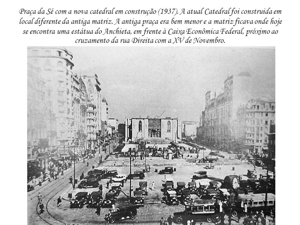 Praça da Sé com a nova catedral em construção (1937). A atual Catedral foi construida em local diferente da antiga matriz. A antiga praça era bem meno