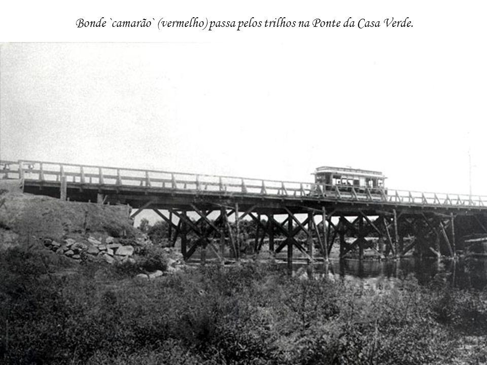 Bonde `camarão` (vermelho) passa pelos trilhos na Ponte da Casa Verde.