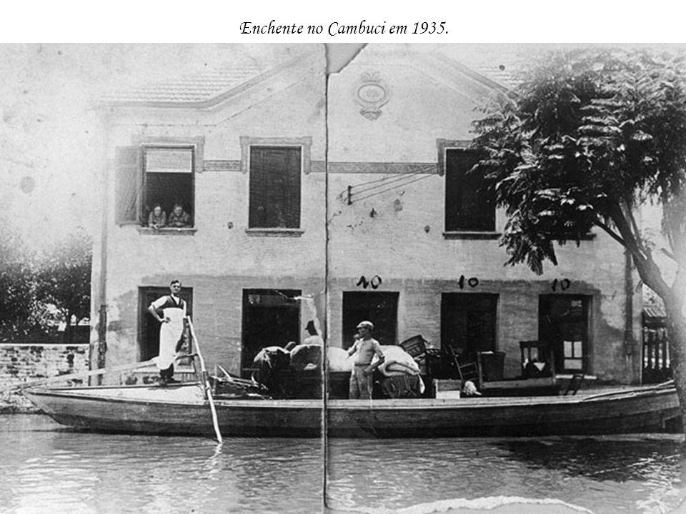 Passagem do dirigível Zeppelin em 1936, sobre o Hotel Esplanada e o Vale do Anhangabaú.
