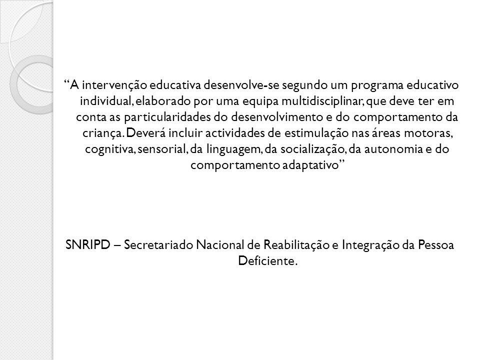 A intervenção educativa desenvolve-se segundo um programa educativo individual, elaborado por uma equipa multidisciplinar, que deve ter em conta as pa