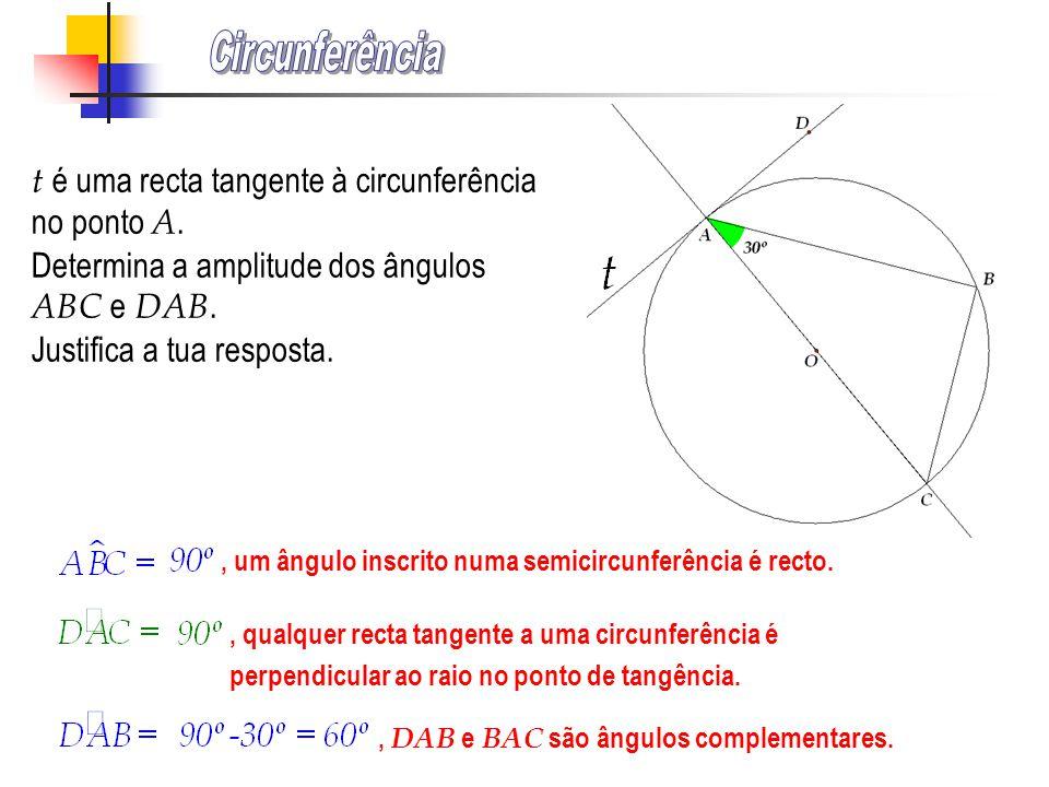 , porque a amplitude de um ângulo inscrito numa circunferência é igual a metade do arco compreendido entre os seus lados., porque a amplitude de um ân