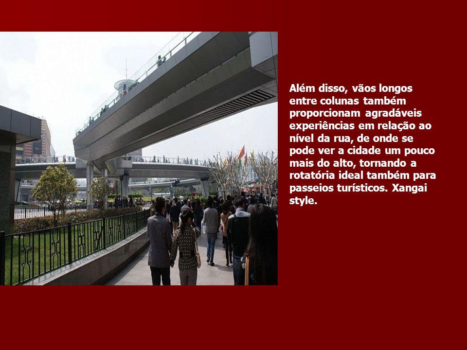Além disso, vãos longos entre colunas também proporcionam agradáveis experiências em relação ao nível da rua, de onde se pode ver a cidade um pouco ma