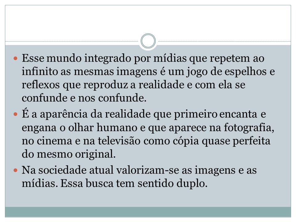 Esse mundo integrado por mídias que repetem ao infinito as mesmas imagens é um jogo de espelhos e reflexos que reproduz a realidade e com ela se confu