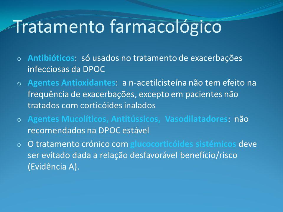Tratamento farmacológico o Antibióticos: só usados no tratamento de exacerbações infecciosas da DPOC o Agentes Antioxidantes: a n-acetilcisteína não tem efeito na frequência de exacerbações, excepto em pacientes não tratados com corticóides inalados o Agentes Mucolíticos, Antitússicos, Vasodilatadores: não recomendados na DPOC estável o O tratamento crónico com glucocorticóides sistémicos deve ser evitado dada a relação desfavorável benefício/risco (Evidência A).