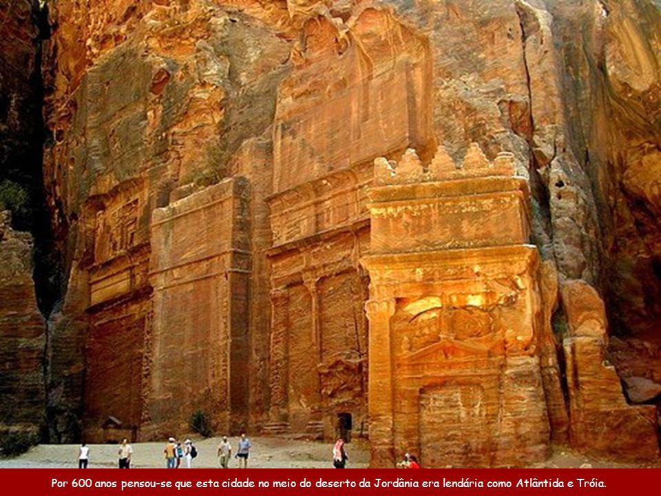 Cidade de Petra, na Jordânia Uma das 7 Novas Maravilhas do Mundo Música: Helwa Ya Baladi (Você é lindo, meu país) Canta: Dalidá