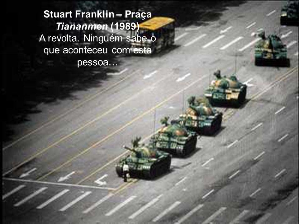 Stuart Franklin – Praça Tiananmen (1989) A revolta. Ninguém sabe o que aconteceu com esta pessoa…