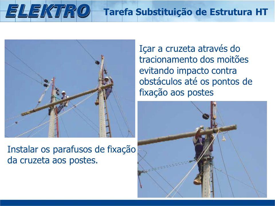 Içar a cruzeta através do tracionamento dos moitões evitando impacto contra obstáculos até os pontos de fixação aos postes Instalar os parafusos de fi