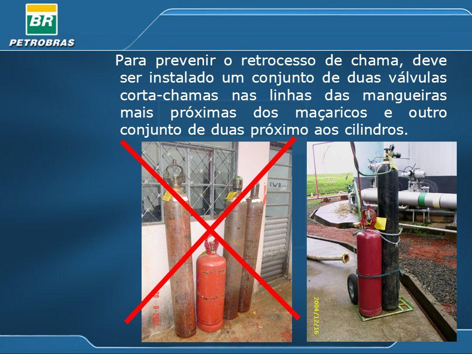 Para prevenir o retrocesso de chama, deve ser instalado um conjunto de duas válvulas corta-chamas nas linhas das mangueiras mais próximas dos maçaricos e outro conjunto de duas próximo aos cilindros.