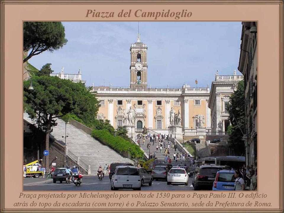 Praça cujo nome, não apropriado, foi-lhe dado durante a Idade Média quando a área era um campo florido. Hoje em dia é um mercado onde, toda manhã de s