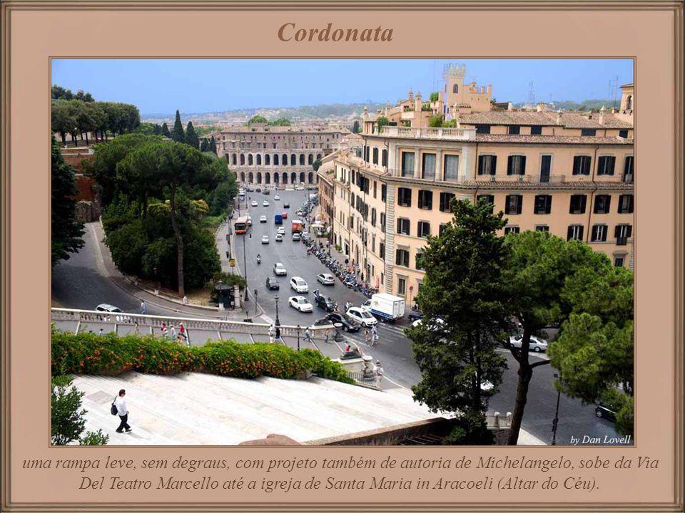 Piazza del Campidoglio Praça projetada por Michelangelo por volta de 1530 para o Papa Paulo III. O edifício atrás do topo da escadaria (com torre) é o