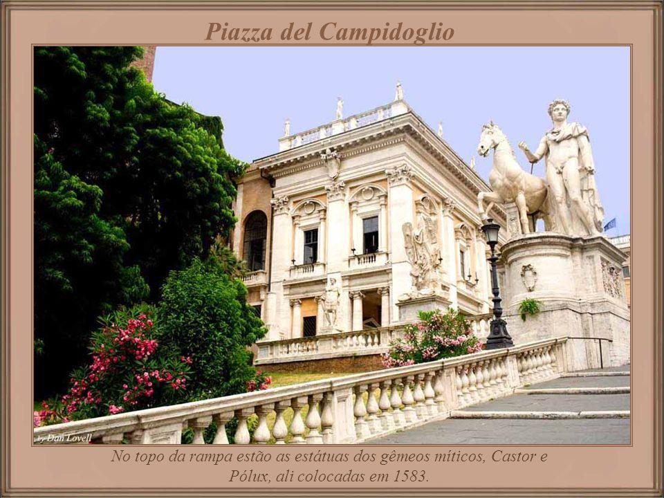 Cordonata uma rampa leve, sem degraus, com projeto também de autoria de Michelangelo, sobe da Via Del Teatro Marcello até a igreja de Santa Maria in A