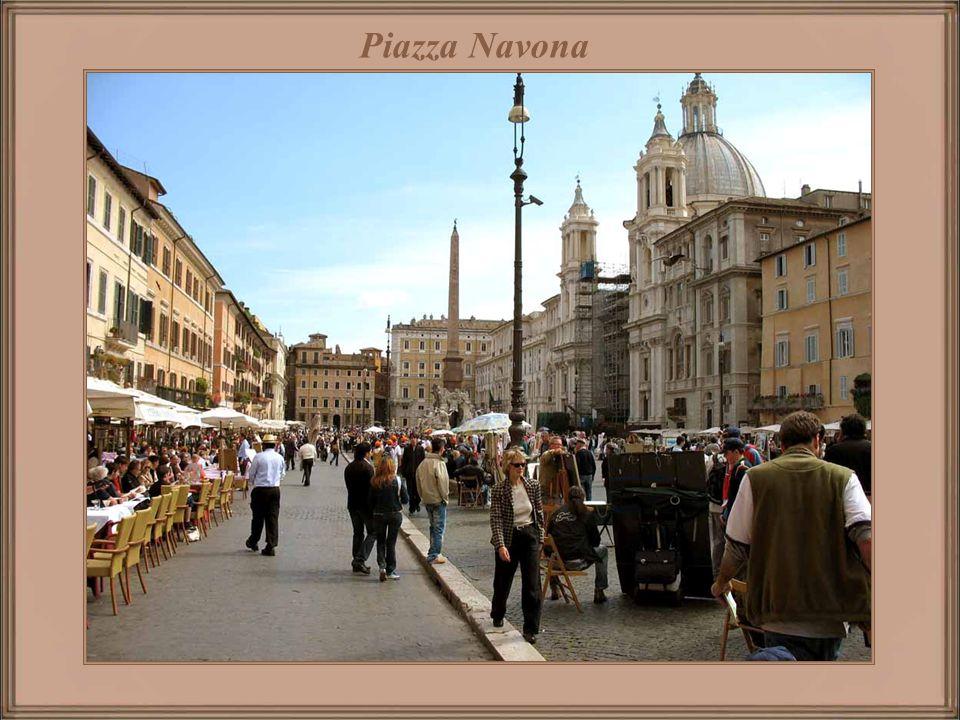 Piazza del Campidoglio No topo da rampa estão as estátuas dos gêmeos míticos, Castor e Pólux, ali colocadas em 1583.