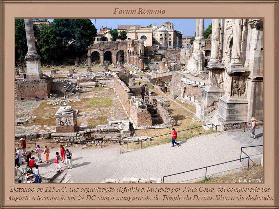 Forum Romano localizado entre os montes Palatino e Capitolino, foi o centro cívico e político do Império Romano. Estende-se ao longo da Via Sacra por