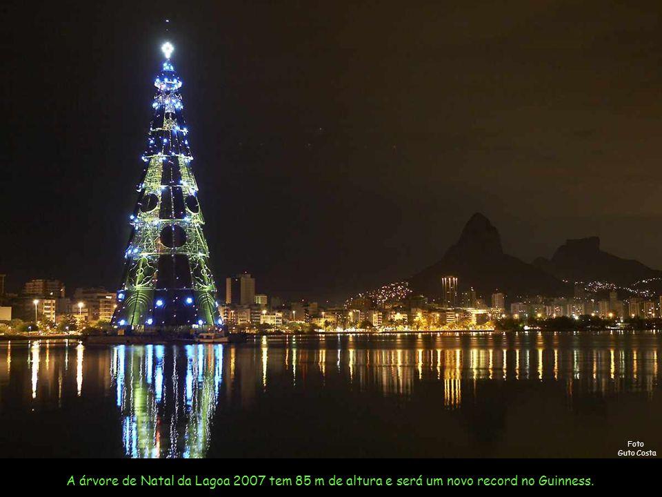 A Árvore de Natal da Lagoa Rio - 2007 Música: Então é Natal By Ney Deluiz Canta: Simone Use o Mouse Foto Marcos Pinto