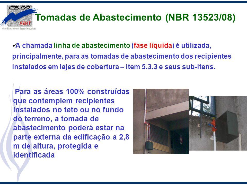 Para as áreas 100% construídas que contemplem recipientes instalados no teto ou no fundo do terreno, a tomada de abastecimento poderá estar na parte e