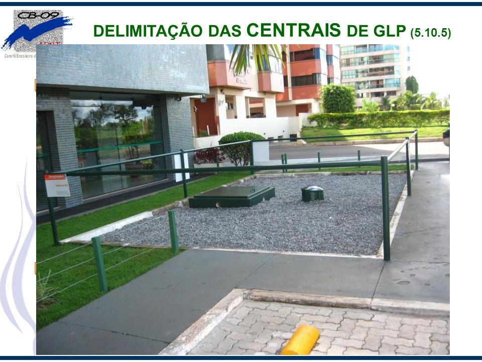 Centrais com recipientes de superfície devem ser delimitadas, quando passíveis de acesso do público ou de veículos, através de cercas ou similar, com