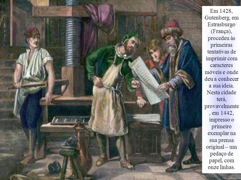 Em 1428, Gutenberg, em Estrasburgo (França), procedeu às primeiras tentativas de imprimir com caracteres móveis e onde deu a conhecer a sua ideia. Nes
