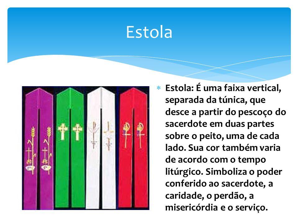 Estola Estola: É uma faixa vertical, separada da túnica, que desce a partir do pescoço do sacerdote em duas partes sobre o peito, uma de cada lado.