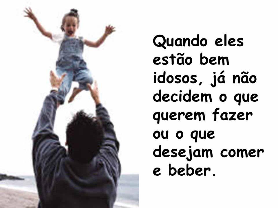 E tentam fazer os velhos pais adaptarem-se aos novos tempos, aos novos costumes. Quanto mais envelhecem os pais, mais os filhos assumem o controle.