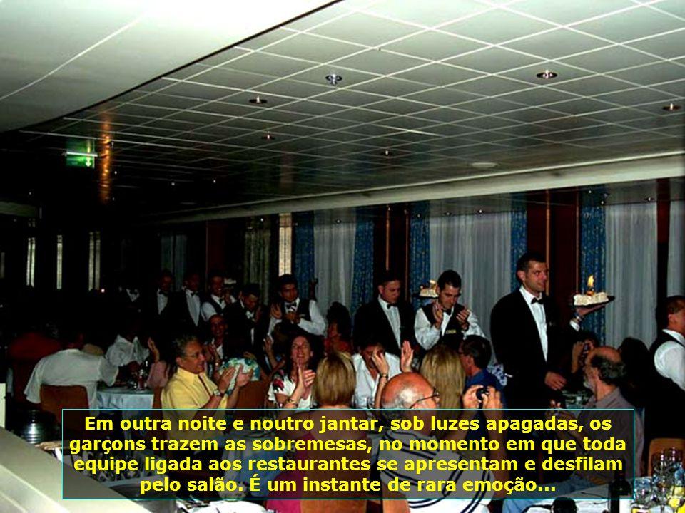 O emocionante Jantar do Comandante, um dos grandes momentos do Cruzeiro, com todas as pessoas em trajes sociais, numa noite memorável...