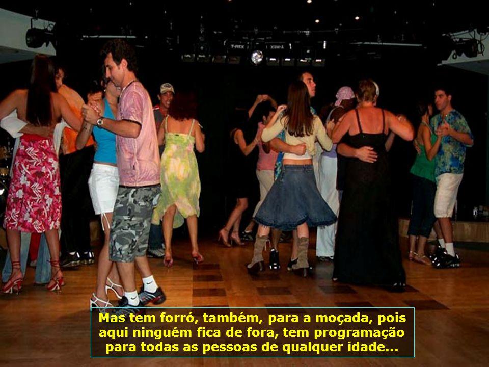 Num dos cafés o momento diário da música brasileira, com duplas cantando verdadeiros hinos de nossa música raiz...