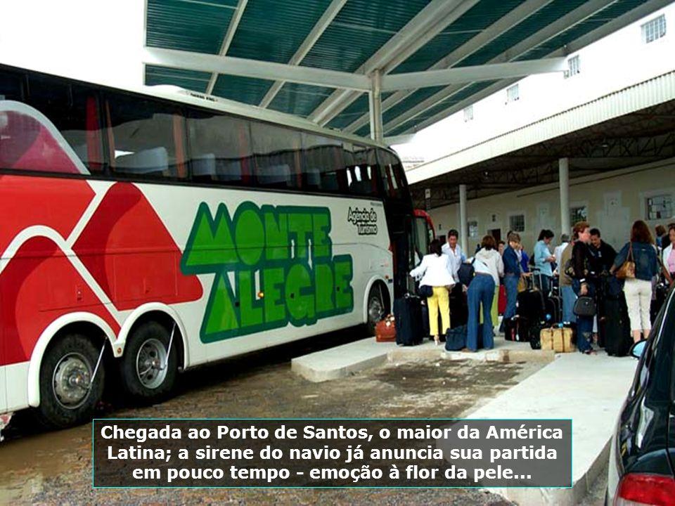Chegada ao Porto de Santos, o maior da América Latina; a sirene do navio já anuncia sua partida em pouco tempo - emoção à flor da pele...