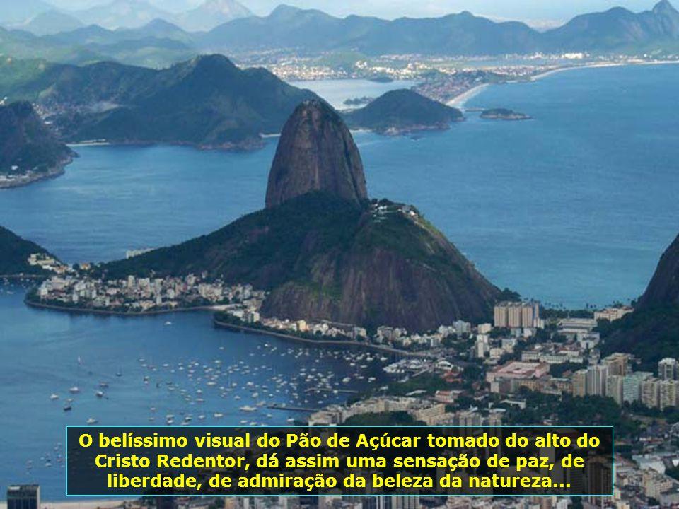 Cartão Postal do Rio de Janeiro e símbolo nacional pelo mundo, o Cristo Redentor, de braços abertos, abençoa a cidade e o Brasil...