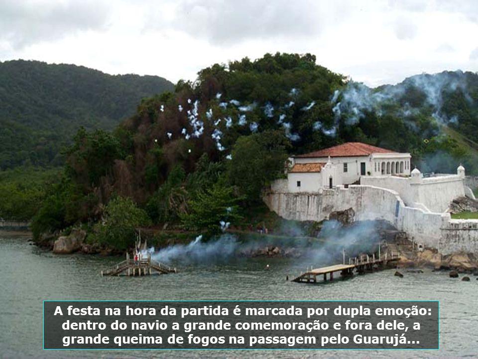 A festa na hora da partida é marcada por dupla emoção: dentro do navio a grande comemoração e fora dele, a grande queima de fogos na passagem pelo Guarujá...