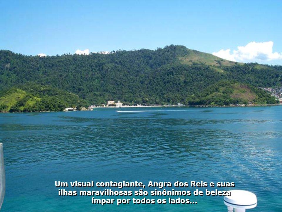 A chegada em Angra dos Reis é emocionante dada a beleza de seu litoral, de suas montanhas, de seu mar azul cor de anil...