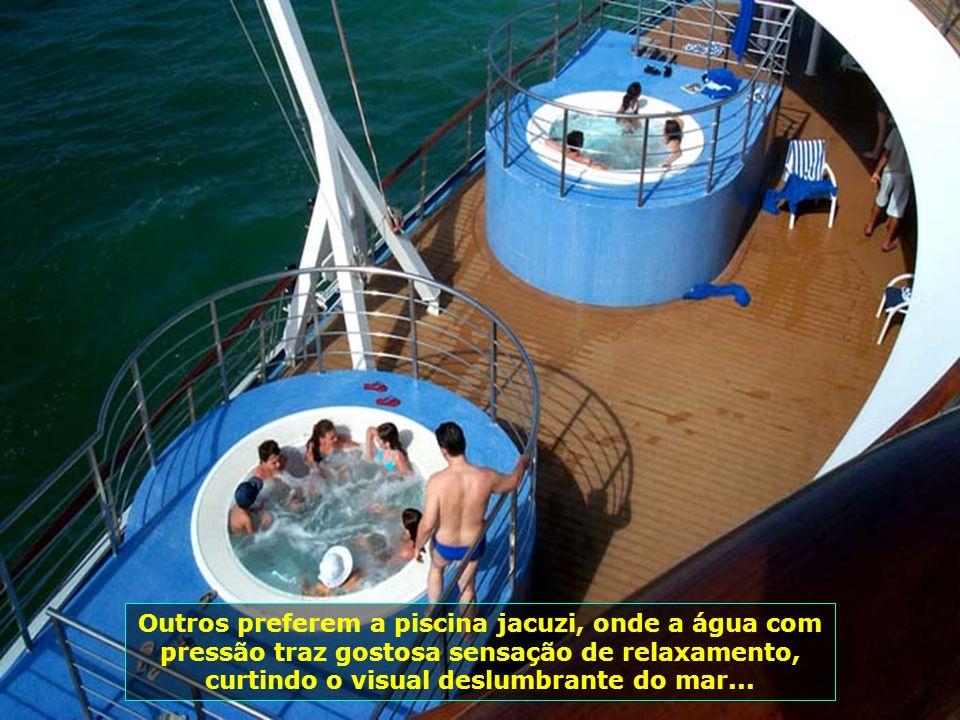 Outros preferem a piscina jacuzi, onde a água com pressão traz gostosa sensação de relaxamento, curtindo o visual deslumbrante do mar...