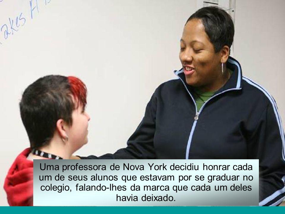Uma professora de Nova York decidiu honrar cada um de seus alunos que estavam por se graduar no colegio, falando-lhes da marca que cada um deles havia