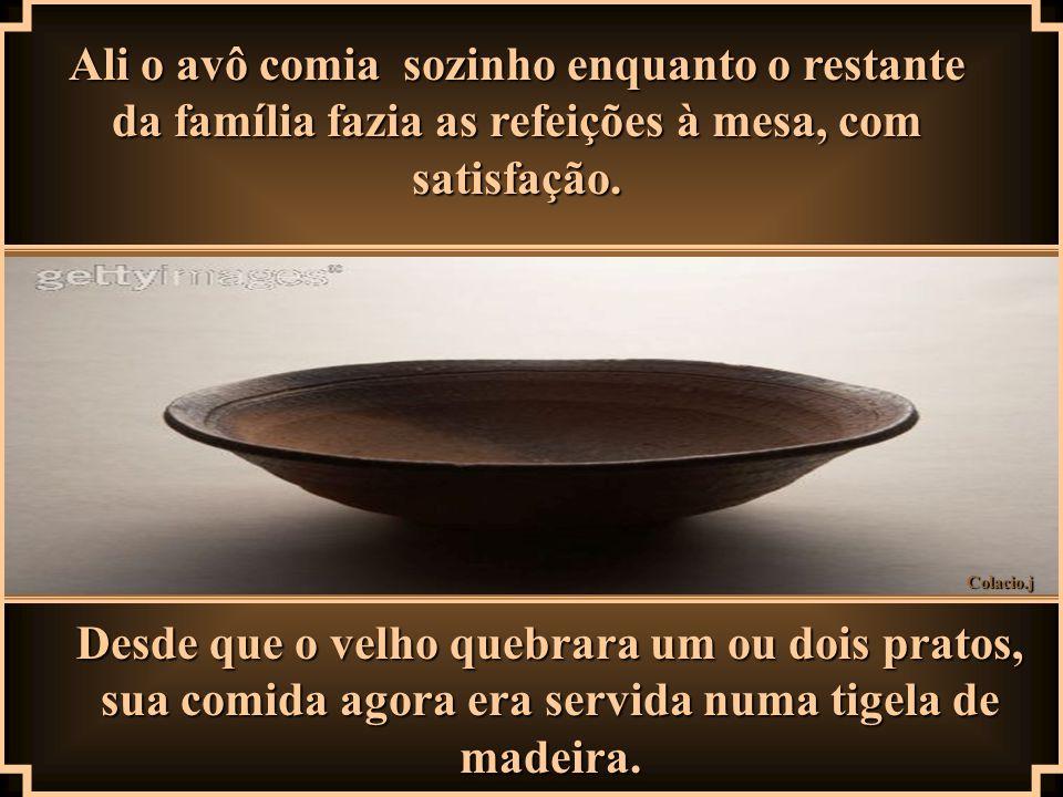 Colacio.j Ali o avô comia sozinho enquanto o restante da família fazia as refeições à mesa, com satisfação.