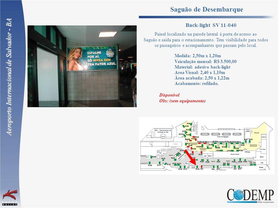 Painel localizado na parede lateral à porta de acesso ao Saguão e saída para o estacionamento. Tem visibilidade para todos os passageiros e acompanhan