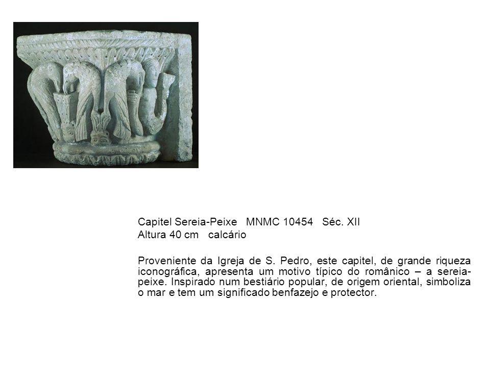 Capitel Sereia-Peixe MNMC 10454 Séc. XII Altura 40 cm calcário Proveniente da Igreja de S. Pedro, este capitel, de grande riqueza iconográfica, aprese