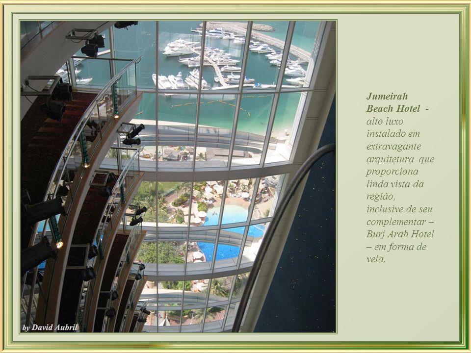 Jumeirah Beach Hotel - em forma de onda complementa a forma de vela do Burj Al Arab, que lhe é adjacente.