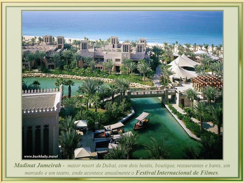 Jumeirah Beach Hotel - alto luxo instalado em extravagante arquitetura que proporciona linda vista da região, inclusive de seu complementar – Burj Arab Hotel – em forma de vela.