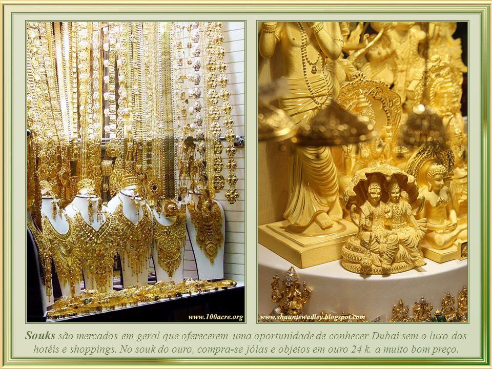Em Dubai, é irresistível o apelo para que a mulher brilhe: para as religiosas, bolsas com cristais equilibrando a sobriedade das burcas e, na intimidade do lar, fartas jóias em puro ouro e pedras preciosas.
