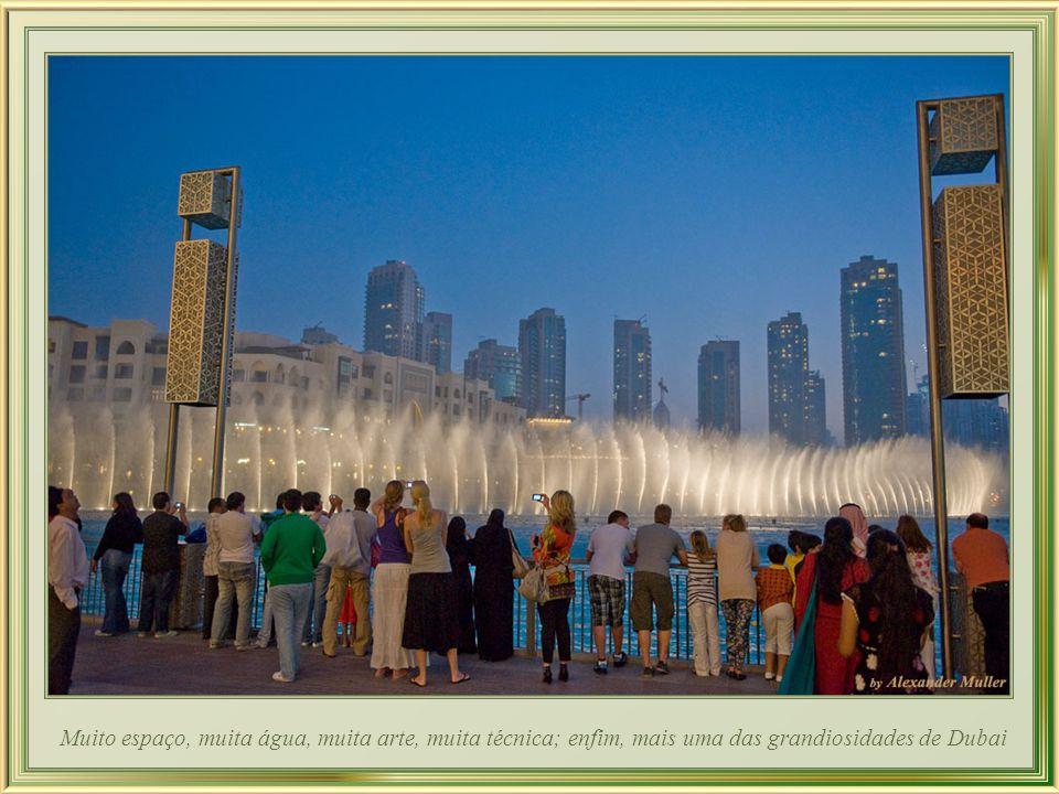 Neste clima de quase euforia os turistas se extasiam, e todos aproveitam da beleza noturna do complexo que inclui a torre Burj Khalifa e a fonte Dubai