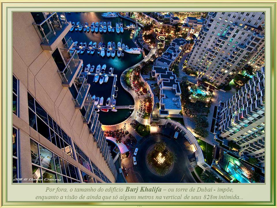 Este assombro da engenharia moderna e maior ícone atual da grandiosidade de Dubai - a torre Burj Khalifa - destaca-se com seus 828 m. de altura onde,