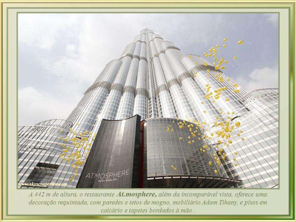 Por fora, o tamanho do edifício Burj Khalifa – ou torre de Dubai - impõe, enquanto a visão de ainda que só alguns metros na vertical de seus 828m intimida...