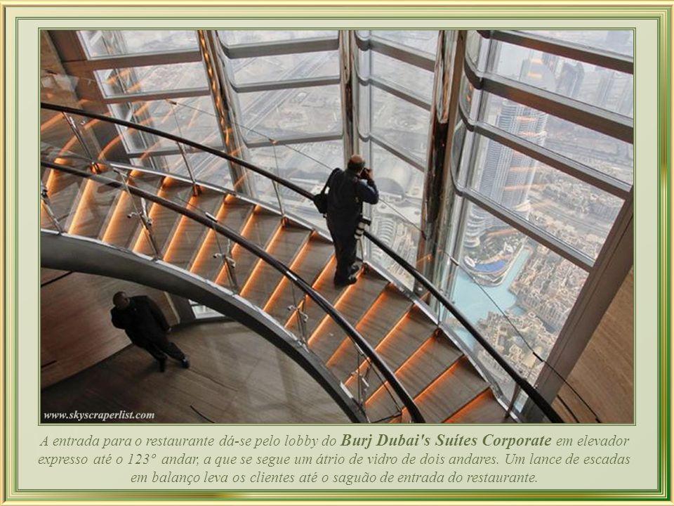 A 442 m de altura, o restaurante At.mosphere, além da incomparável vista, oferece uma decoração requintada, com paredes e tetos de mogno, mobiliário A