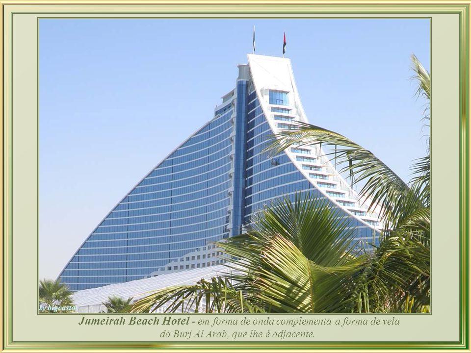 At.mosphere, o restaurante mais alto do mundo, ocupa todo um andar do Burj Khalifa com suas paredes exteriores em vidro. Pode acolher 135 pessoas e ma