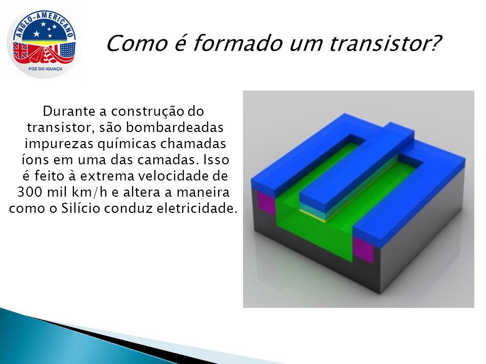 Como é formado um transistor? Durante a construção do transistor, são bombardeadas impurezas químicas chamadas íons em uma das camadas. Isso é feito à