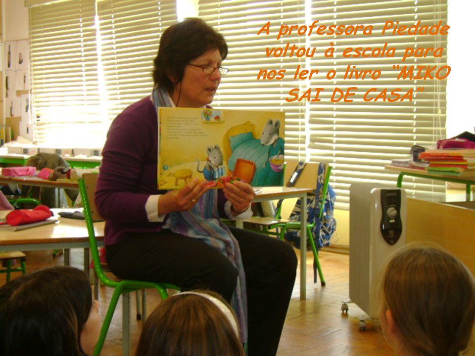A professora Piedade voltou à escola para nos ler o livro MIKO SAI DE CASA